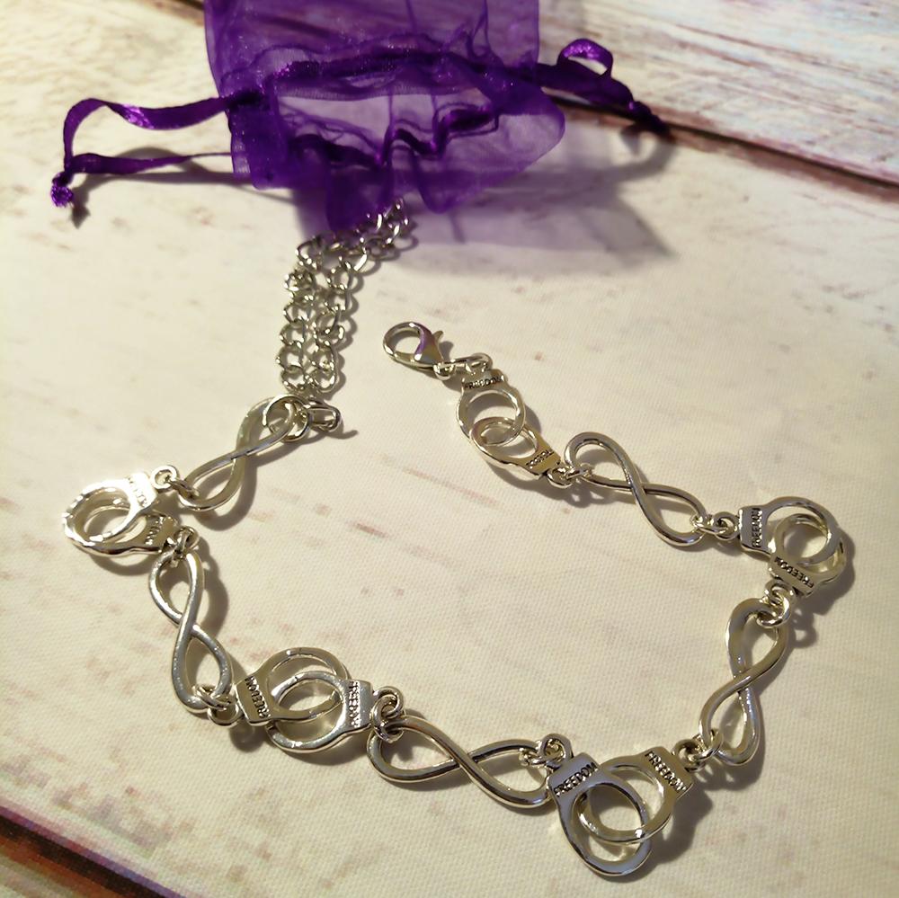 серебряный чекер с наручниками
